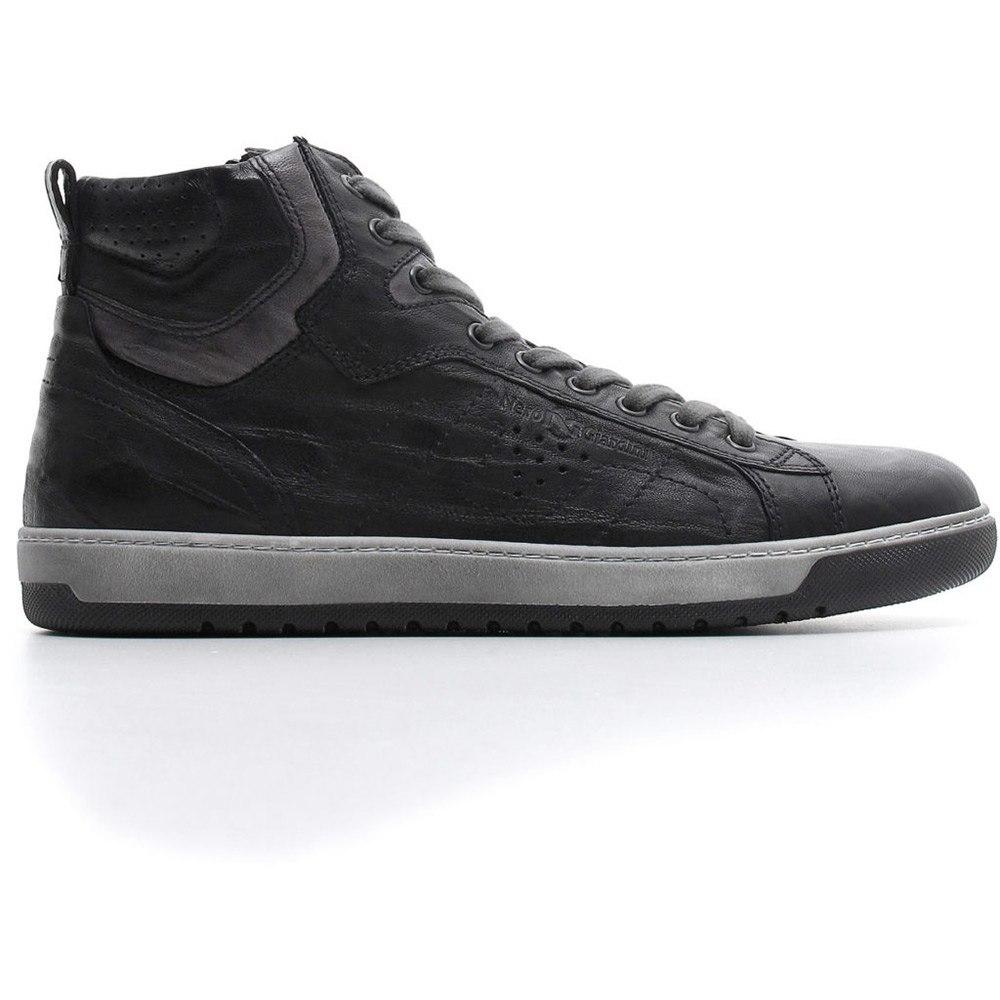 Sneaker in pelle con zip laterale e con comodo sottopiede estraibile.  Collezione Autunno Inverno 2018 Nero Giardini. 93888a59aba